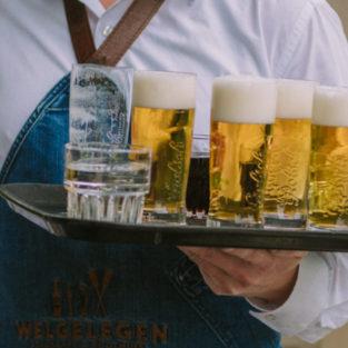 Kelner met dienblad bier Welgelegen Groenlo