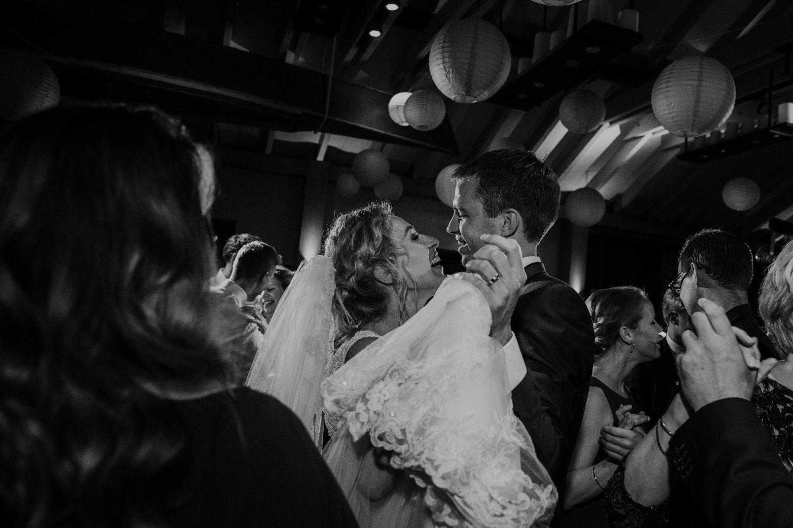 Dansend bruidspaar zwart/wit Boothuis Welgelegen Groenlo